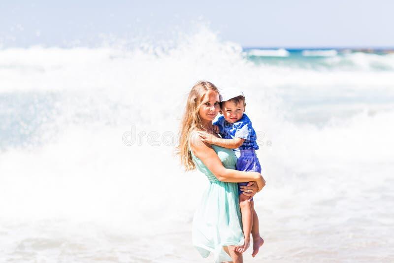 Retrato da mãe e do filho felizes no mar, exterior fotografia de stock royalty free