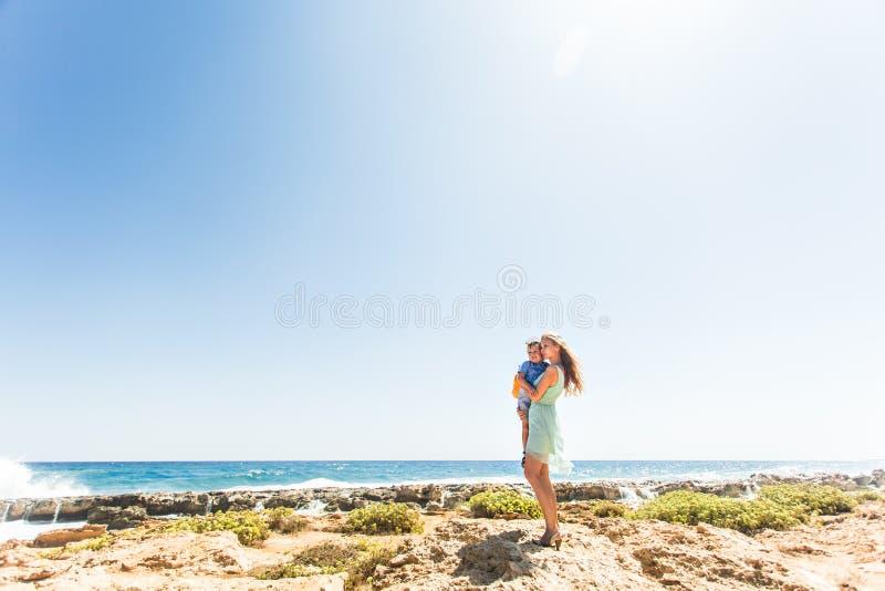 Retrato da mãe e do filho felizes no mar, exterior imagens de stock