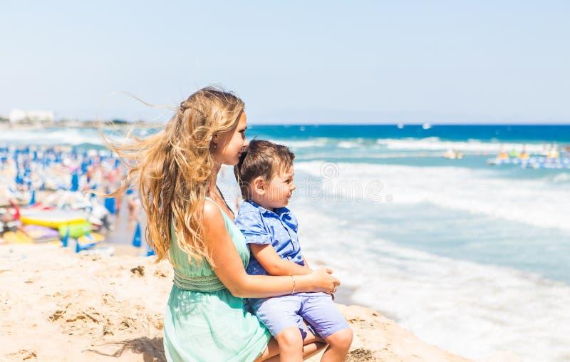 Retrato da mãe e do filho felizes no mar, exterior fotos de stock