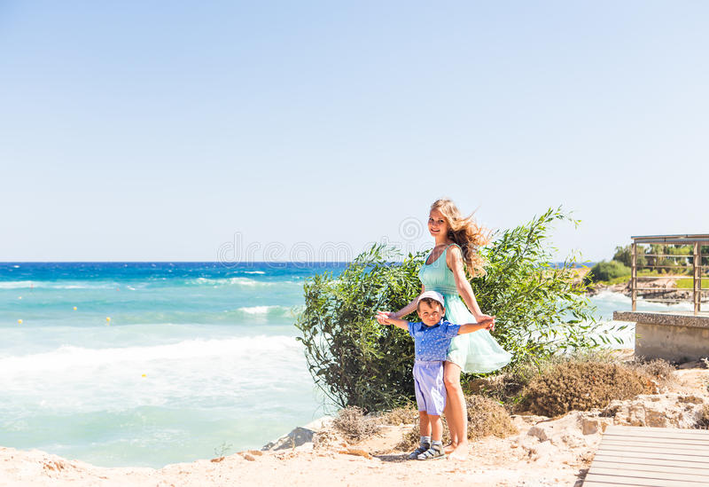 Retrato da mãe e do filho felizes no mar, exterior fotografia de stock