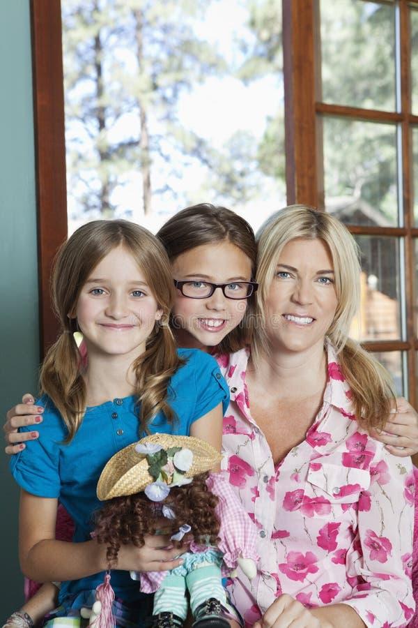 Retrato da mãe e do sorriso das filhas foto de stock