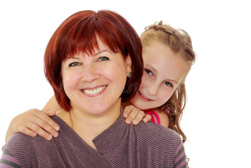 Retrato da mãe e da filha pequena 7 anos velha imagens de stock