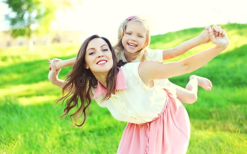 Download Retrato Da Mãe Feliz E Da Criança Junto Que Têm O Divertimento Foto de Stock - Imagem de cheerful, cute: 65576134