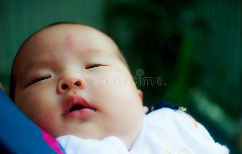 Retrato da mãe loving feliz e do seu bebê fora fotografia de stock
