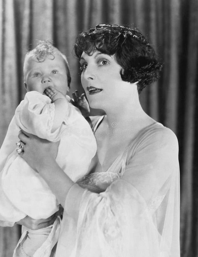 Retrato da mãe que guarda o bebê (todas as pessoas descritas não são umas vivas mais longo e nenhuma propriedade existe Garantias imagem de stock royalty free