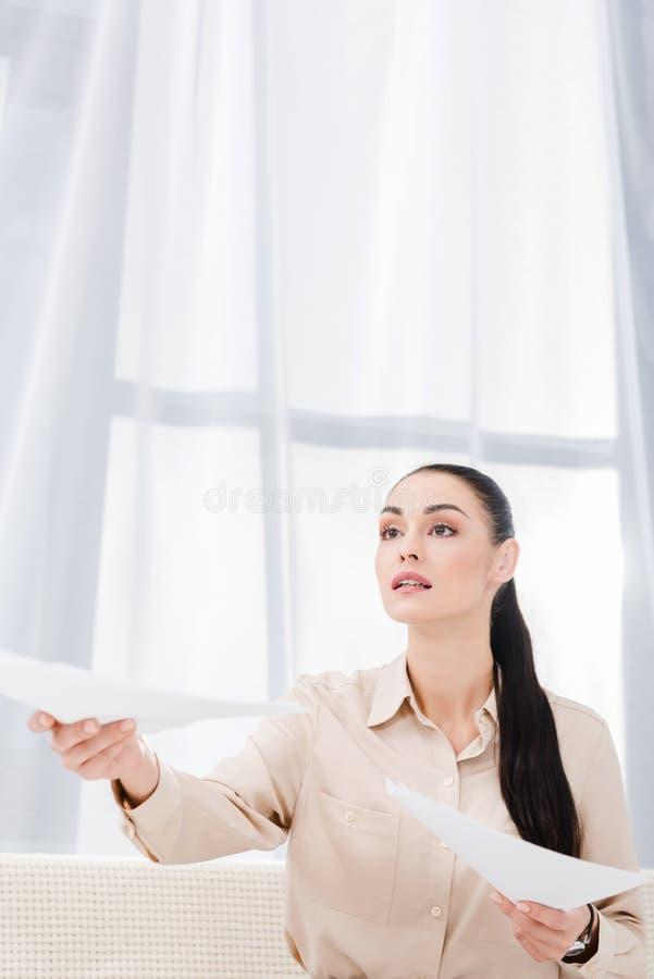 retrato da mão outstretching da mulher de negócios com documentos fotos de stock royalty free