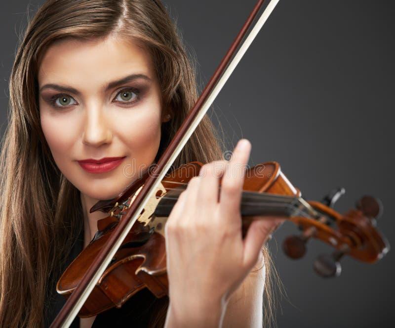 Retrato da música da jovem mulher Jogo do violino fotos de stock royalty free