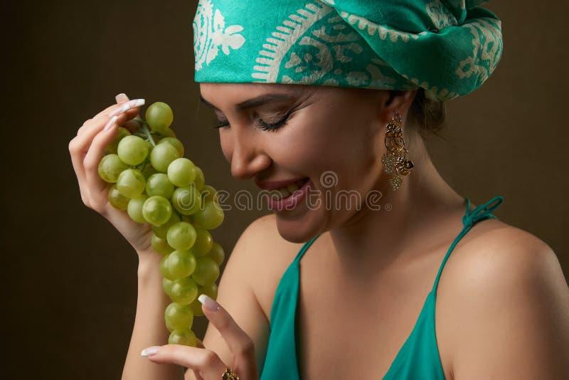 Retrato da m?o bonita da menina que guarda o grupo de uvas fresco, close-up imagens de stock