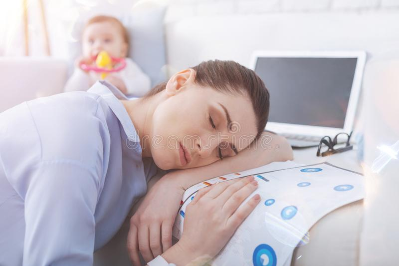 Retrato da mamã sonolento que põe a cabeça sobre seu braço imagem de stock royalty free