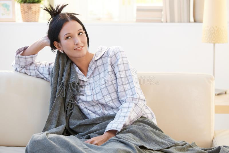 Retrato da manhã da menina do pyjama com cobertor fotos de stock