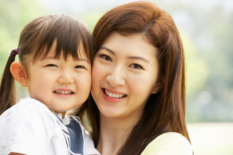 Retrato da matriz chinesa com a filha no parque fotos de stock