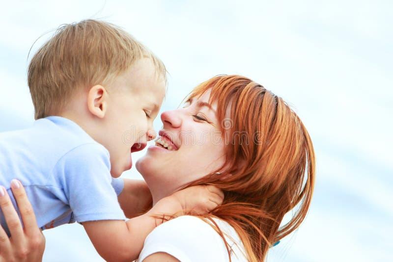 Retrato da matriz e do filho felizes imagens de stock