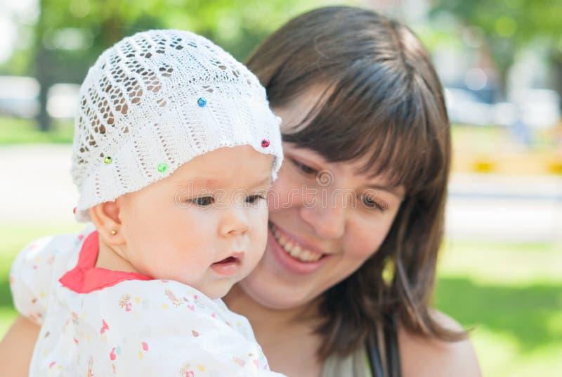 Retrato da matriz feliz e da filha pequena imagem de stock royalty free