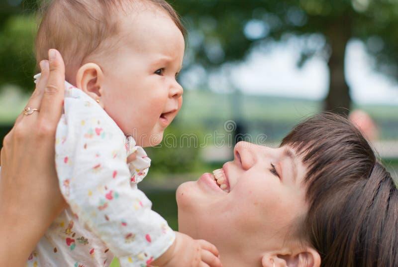 Retrato da matriz feliz e da filha pequena imagens de stock