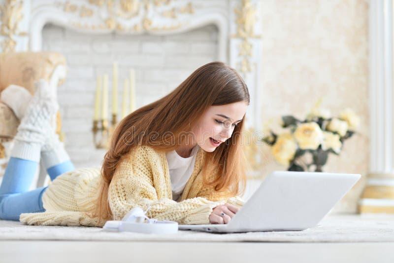Retrato da menina adolescente bonita que encontra-se no assoalho imagens de stock royalty free