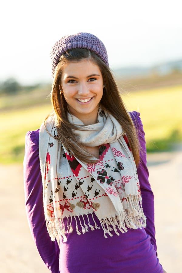 Retrato da menina adolescente bonito com lenço e beanie. foto de stock
