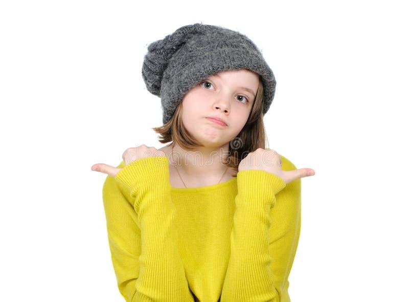 Retrato da menina adolescente bonito que mostra seus dedos em extremo diferente imagens de stock