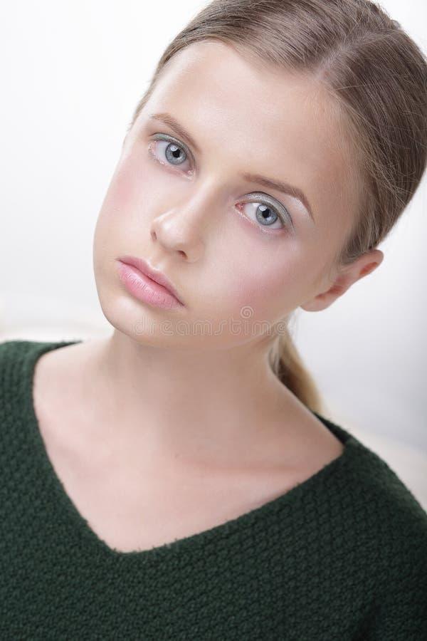Retrato da menina adolescente Comely adorável no verde fotos de stock royalty free