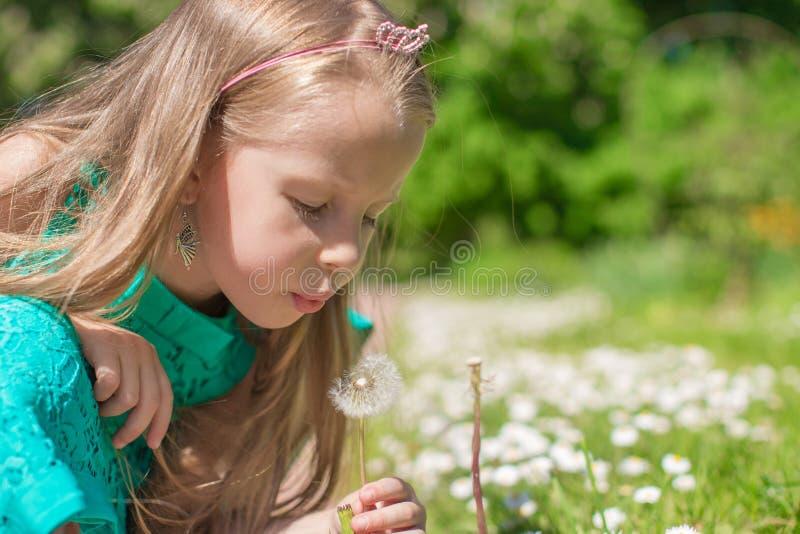 Retrato da menina adorável que funde a imagem de stock royalty free