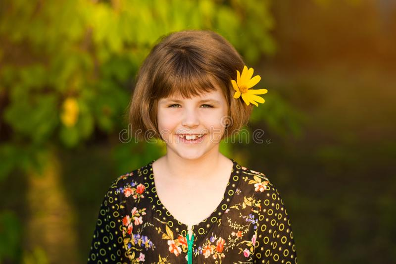 Retrato da menina ador?vel com a flor nos cabelos imagens de stock