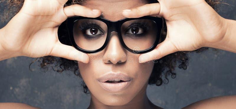 Retrato da menina africana nova com afro fotos de stock royalty free