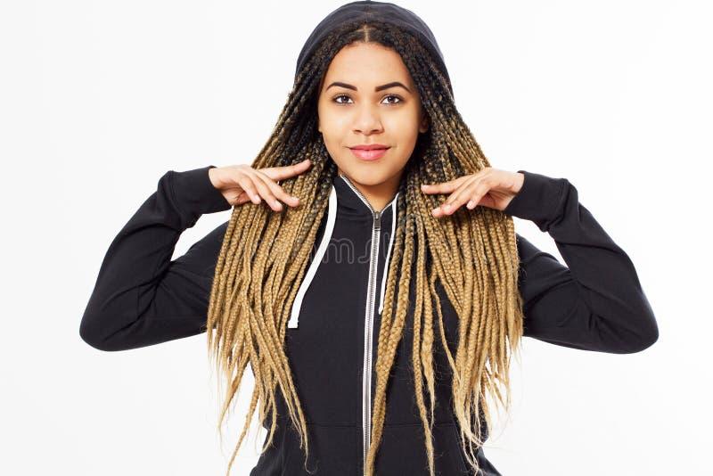 Retrato da menina afro-americana nova do adolescente que veste hoody preto imagens de stock