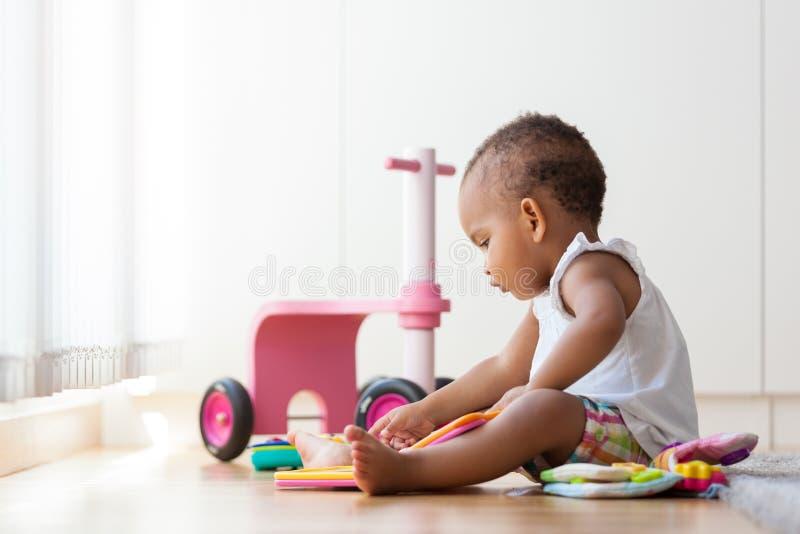 Retrato da menina afro-americano pequena que senta-se no f foto de stock