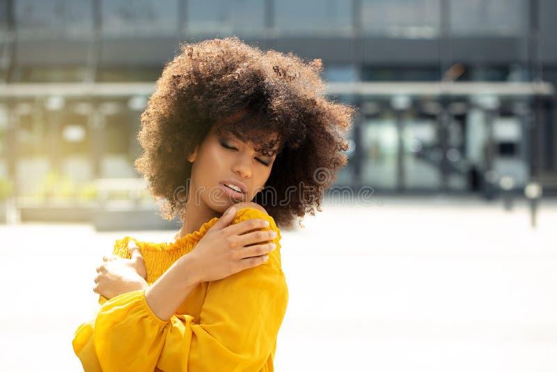 Retrato da menina afro na cidade imagens de stock