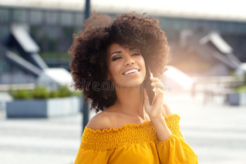 Retrato da menina afro na cidade imagem de stock