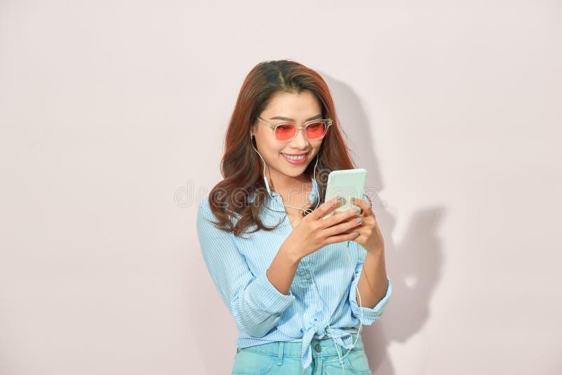 Retrato da menina alegre fresca que tem a vídeo-chamada com o amante que guarda o telefone esperto que aprecia férias do fim de s imagens de stock