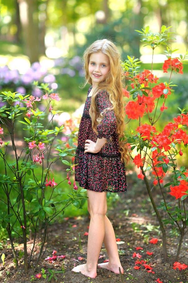 Retrato da menina ao ar livre foto de stock