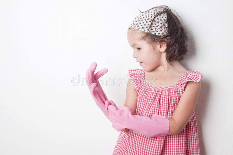 Retrato da menina asiática, ajudante pequeno do ` s da mãe foto de stock royalty free