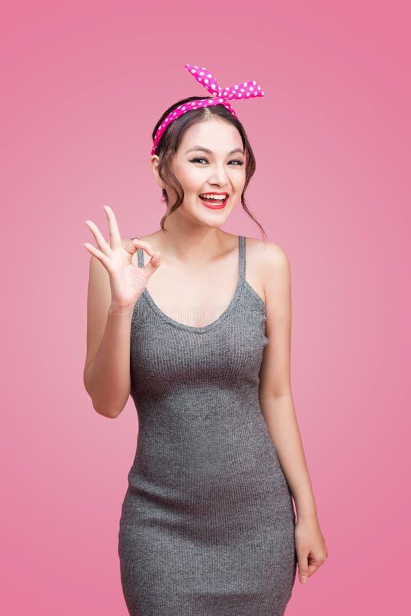 Retrato da menina asiática com sorriso bonito no estilo do pinup com han imagem de stock royalty free