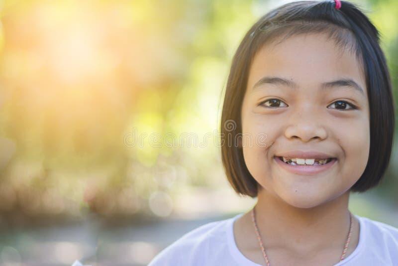 Retrato da menina asiática feliz que sorri para fora porta foto de stock royalty free