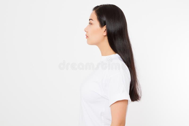 Retrato da menina asiática moreno de sorriso com o cabelo fêmea reto longo e brilhante isolado no fundo branco Mulher bonita imagens de stock royalty free