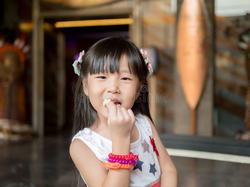 Retrato da menina asiática pequena da criança fotografia de stock royalty free