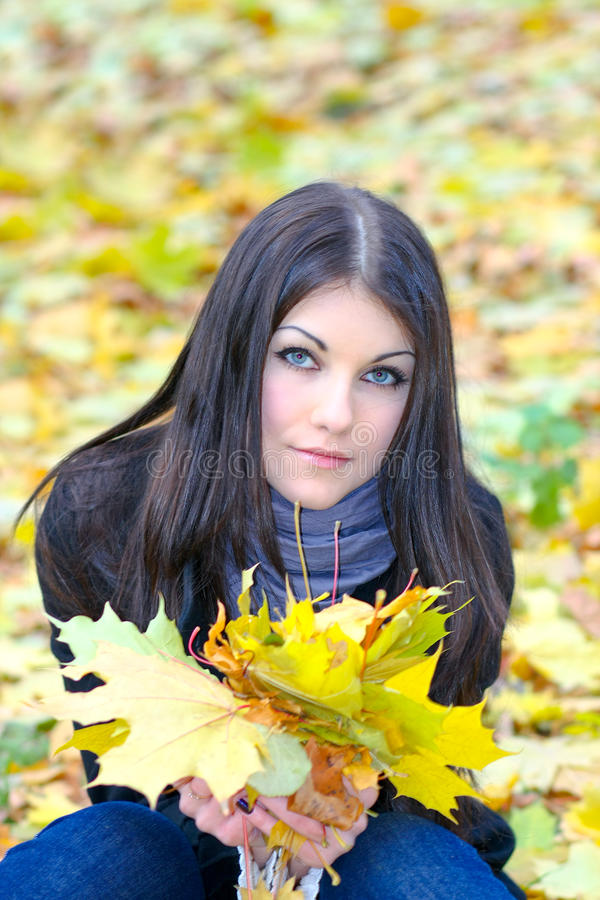 Retrato da menina atrativa foto de stock royalty free