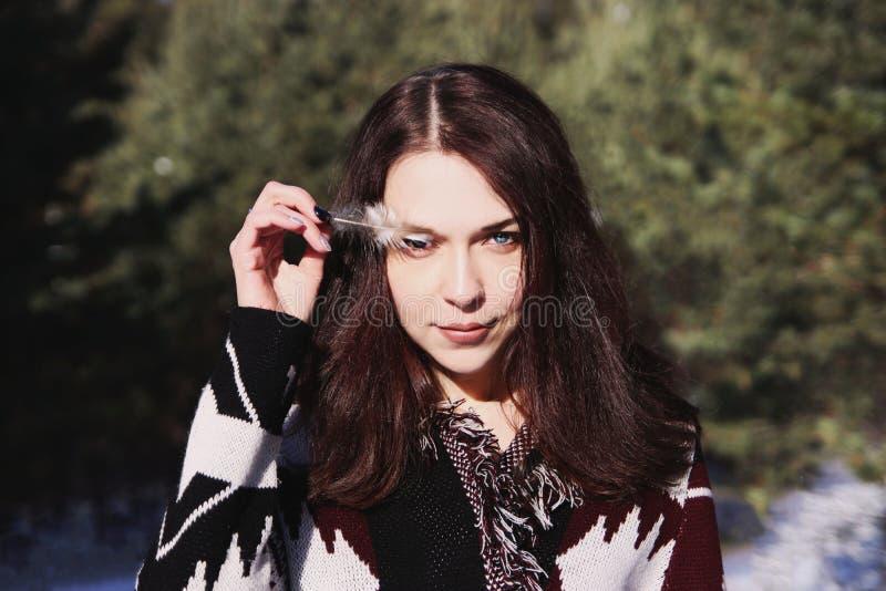 Retrato da menina atrativa bonita nova com cabelo e olhos azuis marrons longos Veste a roupa decorativa étnica do boho fotos de stock
