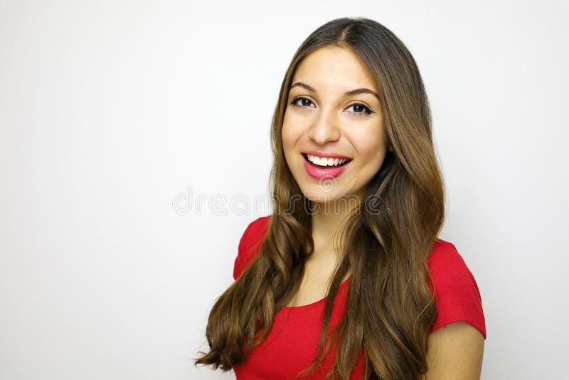 Retrato da menina bonita alegre com t-shirt vermelho Jovem mulher atrativa que olha à câmera no fundo branco foto de stock royalty free