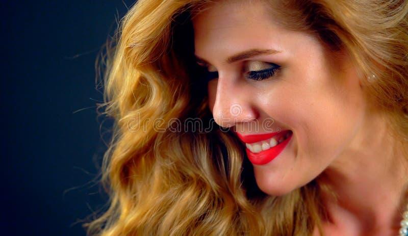 Retrato da menina bonita Cara fêmea nova agradável imagens de stock