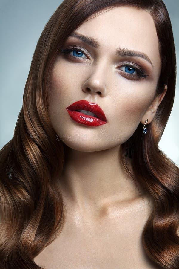 Retrato da menina bonita com bordos vermelhos. foto de stock