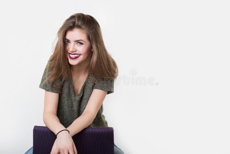 Retrato da menina bonita com bordos vermelhos foto de stock royalty free