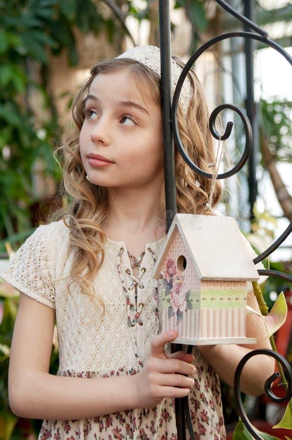 Retrato da menina bonita com caixa de assentamento imagens de stock