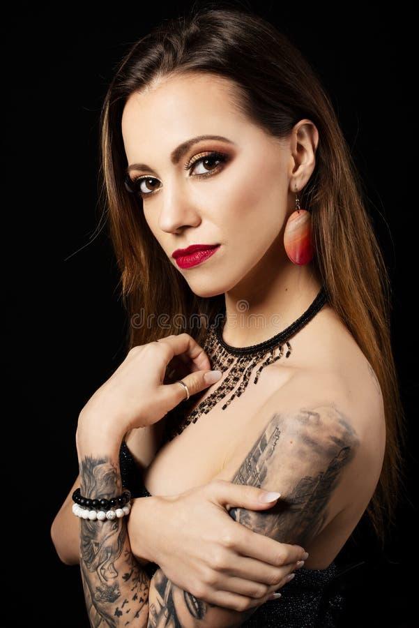 Retrato da menina bonita com composição da arte e os bordos vermelhos fotos de stock