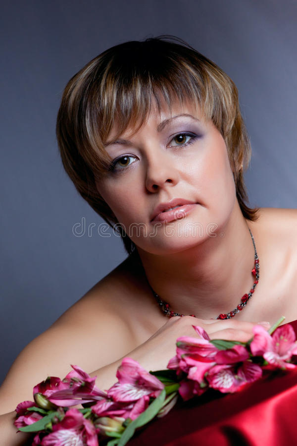 Retrato da menina bonita com flores fotografia de stock