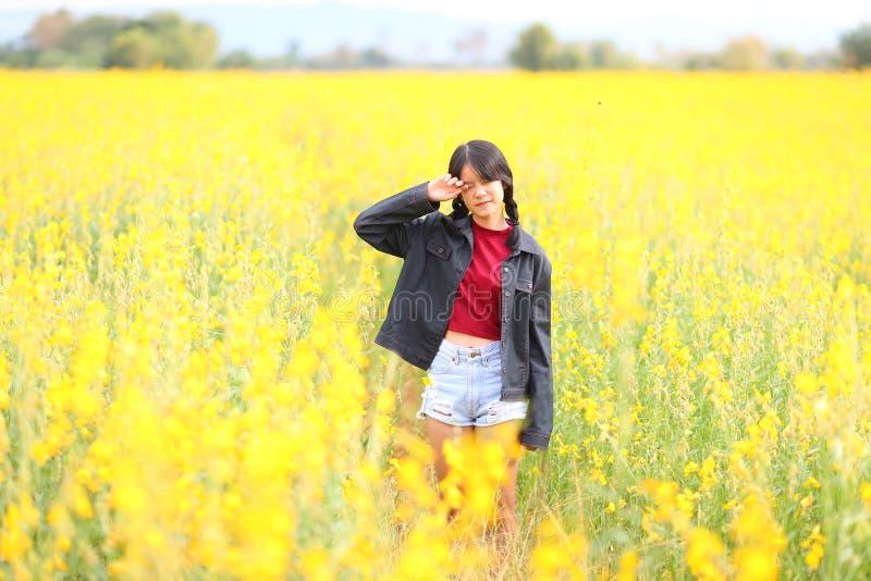 Retrato da menina bonita com flores amarelas, verão ensolarado fotografia de stock