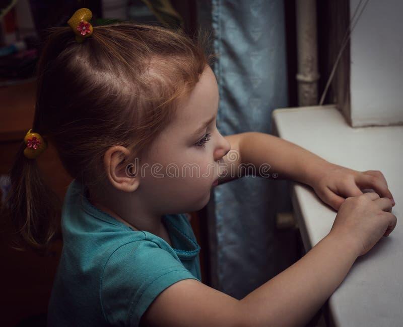 retrato da menina bonita com os olhos tristes grandes imagem de stock royalty free