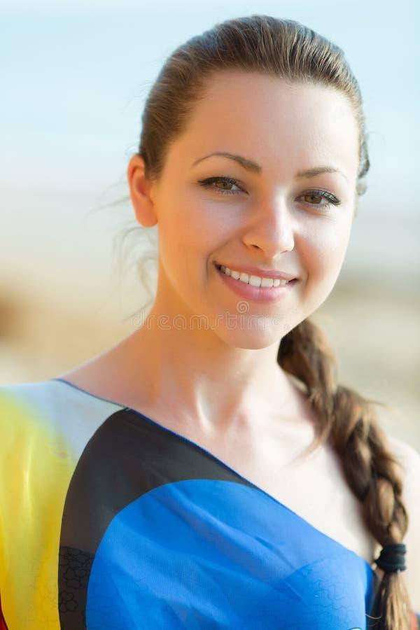 Retrato da menina bonita com a trança no vestido assimétrico fotografia de stock