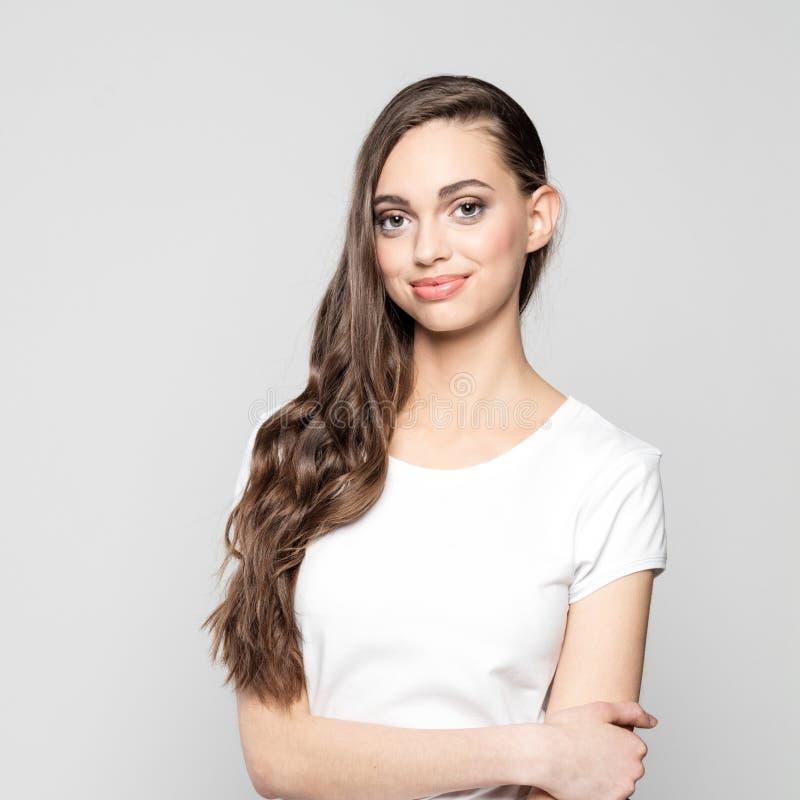 Retrato da menina bonita do adolescente que sorri na câmera imagens de stock