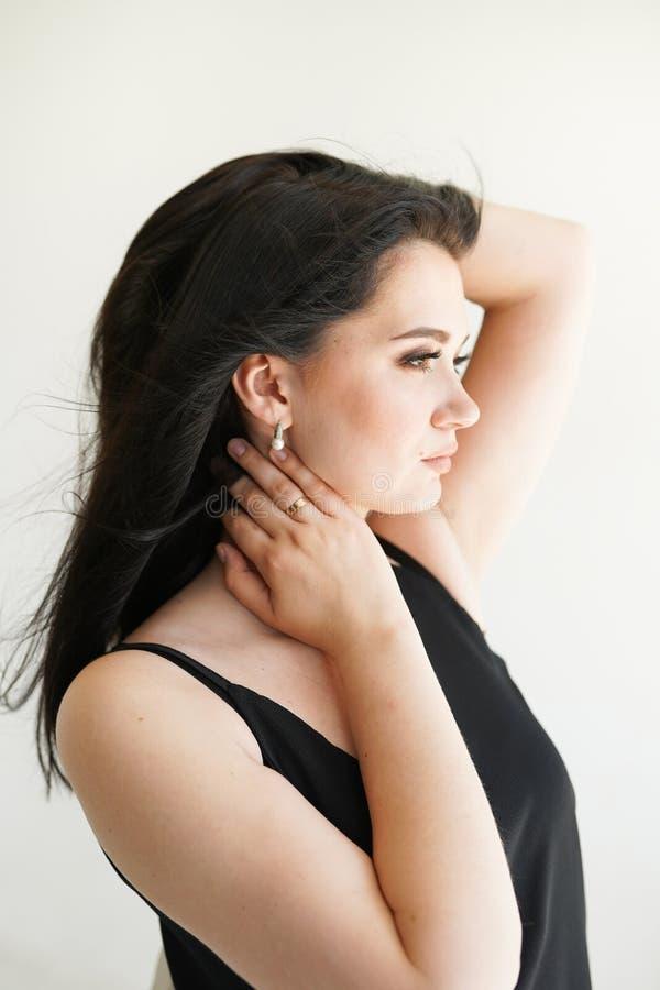 Retrato da menina bonita, em um fundo branco, emoções, cosméticos imagens de stock